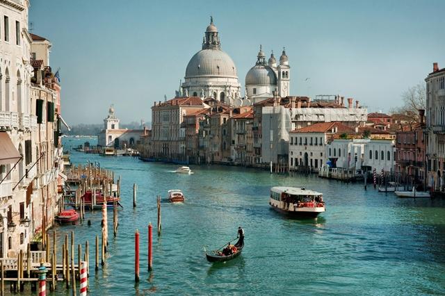 Venice Itali Halang Pelancong Tarik Beg Beroda 2015